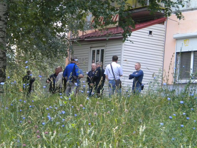 """Посетители кафе """"Саша"""" вышли на перекур. Фото ©День.org"""