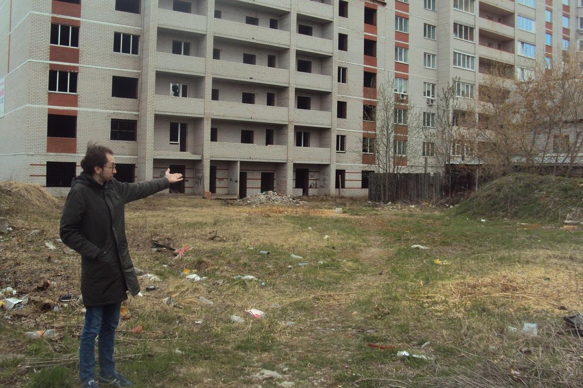 Александр Андрушкас показывает место, где раньше был их дом. Фото: © «ДЕНЬ.org»