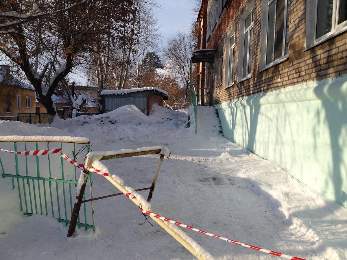 Произошедший недавно порыв коммуникаций подчеркивает плачевное состояние здания? Фото: © «ДЕНЬ.org»