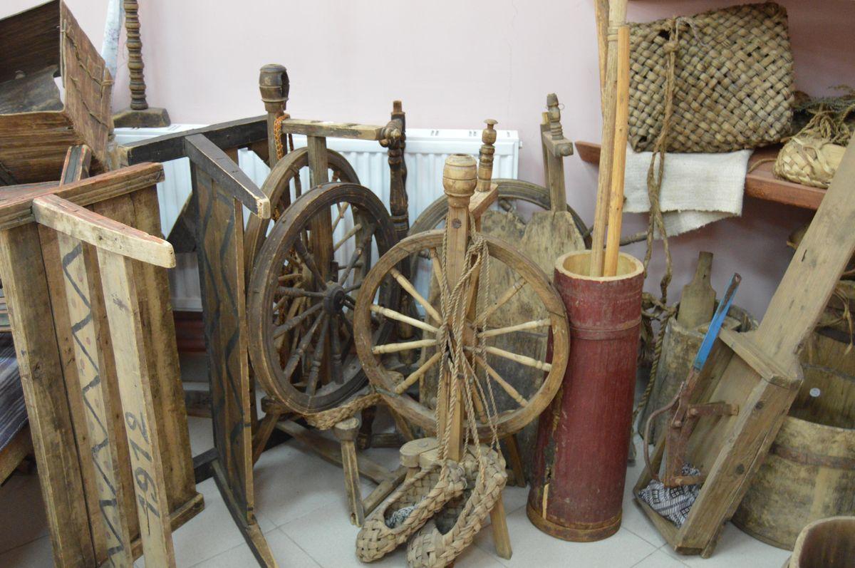 Экспонаты в сельском музее, созданном в честь прославивших село на «Евровидении» бабушек из Бураново. Фото: © «ДЕНЬ.org»