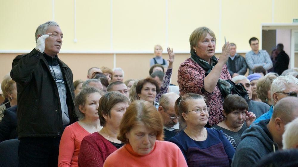 Чтобы выразить недовольство, люди повскакивали с мест. Фото: «ДЕНЬ.org»