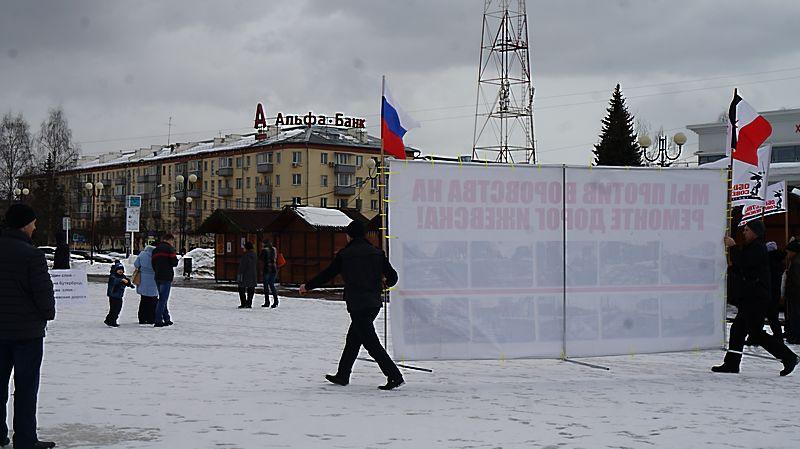 В ожидании участников митинга организаторы успели три раза поменять место для выступлений. Фото: © «ДЕНЬ.org»