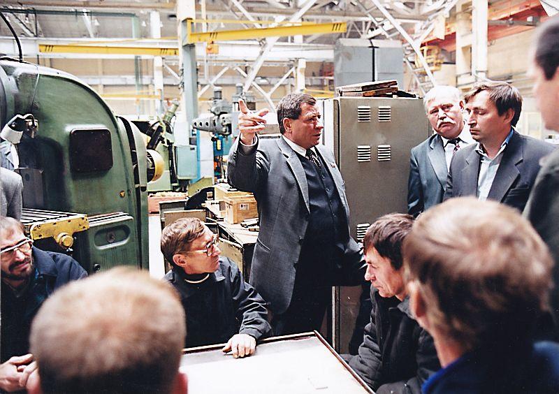 Премьер УР Николая Ганза во время посещения одного из предприятий республики распекает министра промышленности. Фото: © Архив газеты «День», 2000 г.