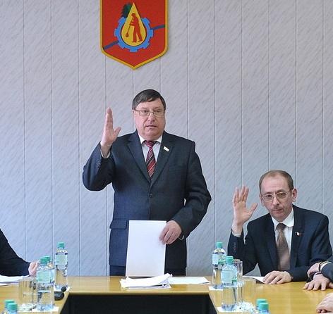 Валерий Корольков (стоит) на сессии Гордумы в марте 2015 года. Фото: udmurt.ru