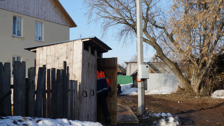 Деревянный туалет. Фото: © «ДЕНЬ.org»