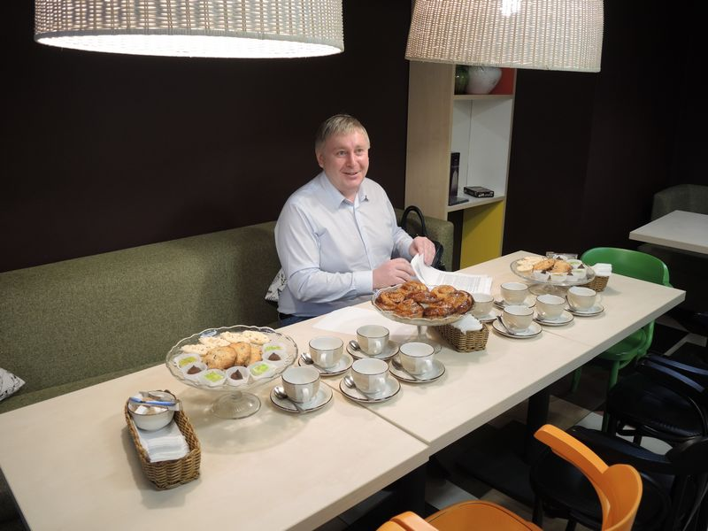 Борис Ломаев выбрал для своей встречи с прессой необычное место — кафе «Мятный трюфель». Фото ©«ДЕНЬ.org»