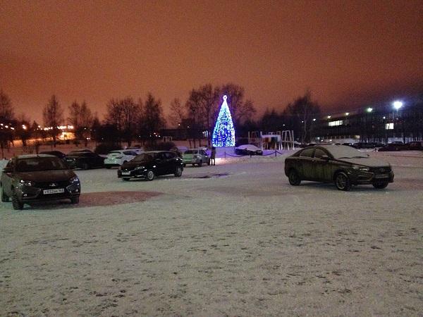 Глубокий вечер, а две служебные «Весты» с самарскими номерами еще стоят на парковке у инженерного корпуса. Фото: © «ДЕНЬ.org»