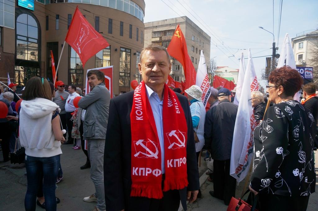 Николай Сапожников перед формированием колонны КПРФ. Фото ©День.org