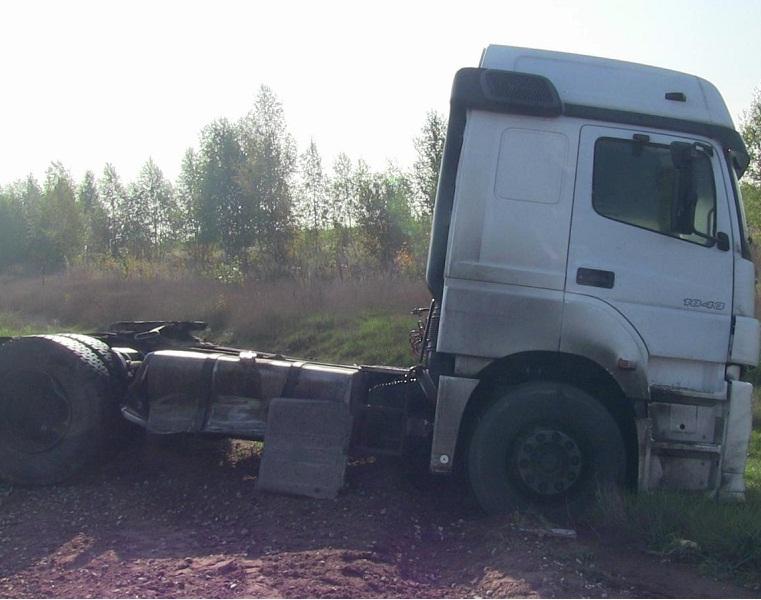 «ВАЗ-2112» столкнулся стягачом натрассе вУдмуртии, есть пострадавшие