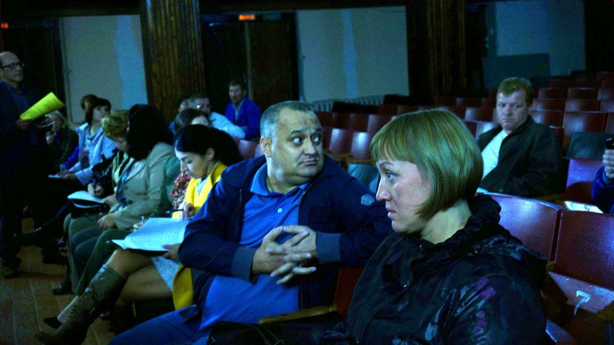 На переднем плане двое представителей дольщиков. Фото: © «ДЕНЬ.org»