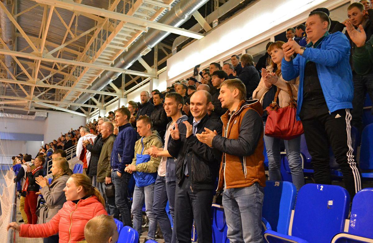 Стоячие овации «Прогрессу» от любителей футбола. Фото: Александр Поскребышев