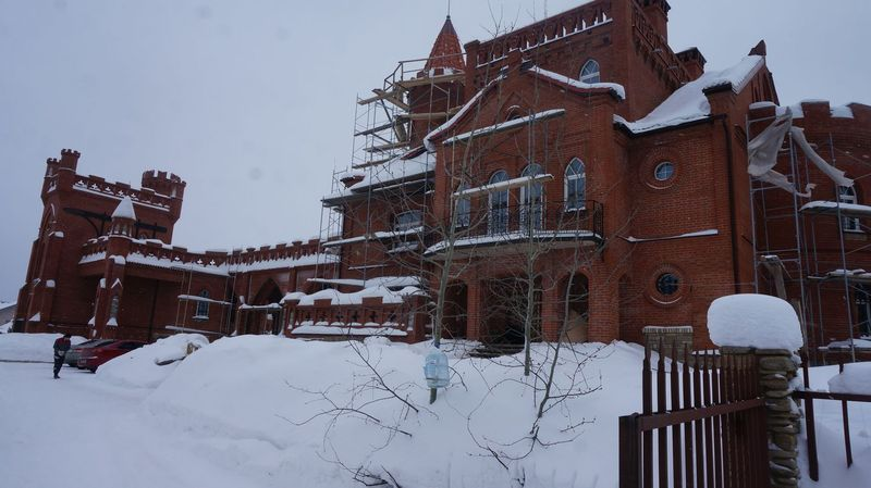 Этот замок, похожий на неприступную средневековую цитадель, видно со Славянского шоссе.Фото: © «ДЕНЬ.org»