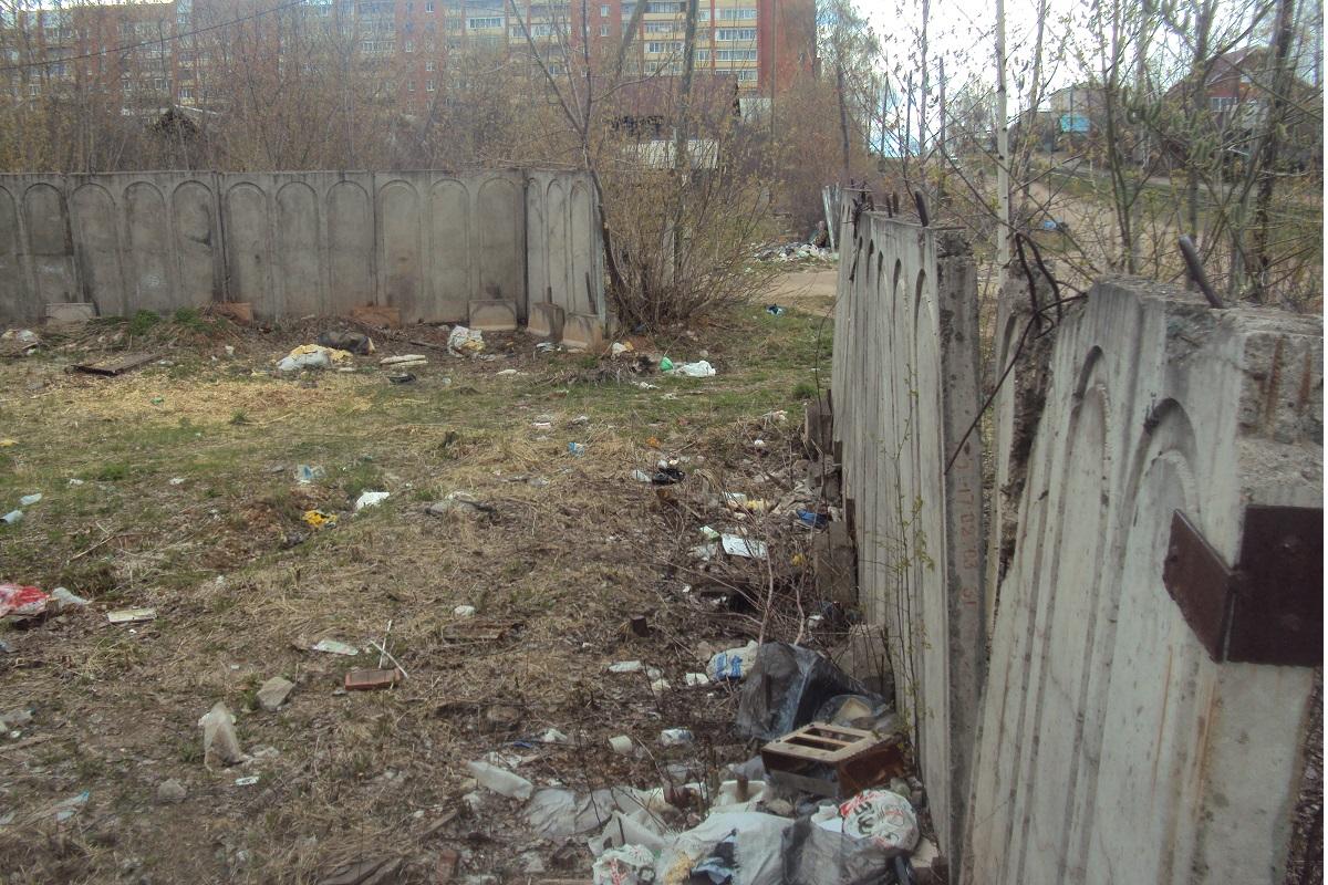 Остаток забора, которым успели огородить участок. Фото: © «ДЕНЬ.org»