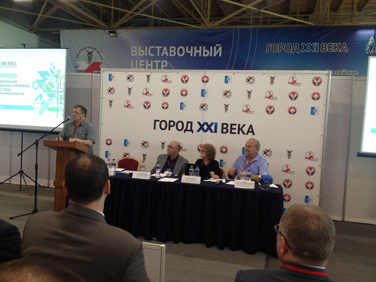 Чиновники слушают Александра Антонова из партера. Фото: © «ДЕНЬ.org»