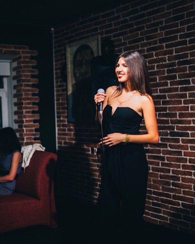 Вокалистка Анастасия Фролова исполняет джаз в заведении Jazz cafe Manhattan. Фото: vk.com (Jazz cafe Manhattan)