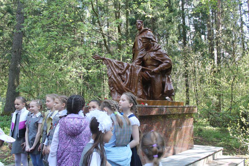 Утром 6 мая скульптурная группа — солдат и матрос — была уже шоколадного цвета. Фото предоставлено Агентством по госохране объектов культурного наследия УР