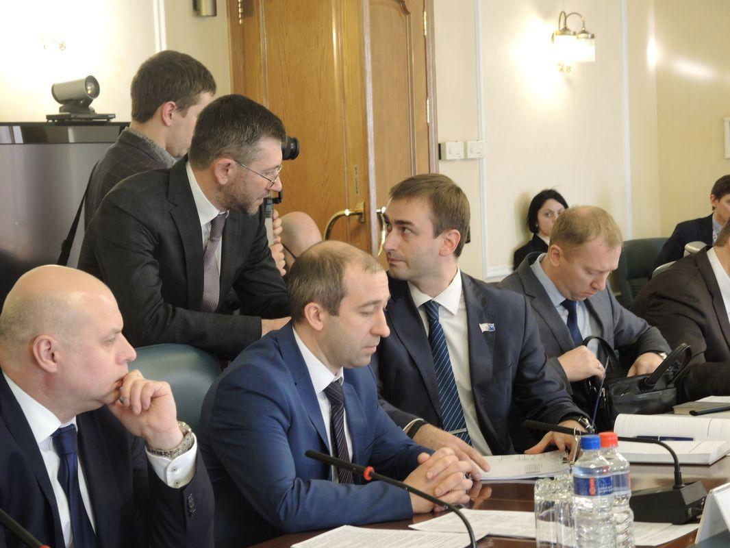 Борис Вайнзихер беседует с исполнительным директором УКСа Ярославом Балобановым. Фото: ©«ДЕНЬ.org»
