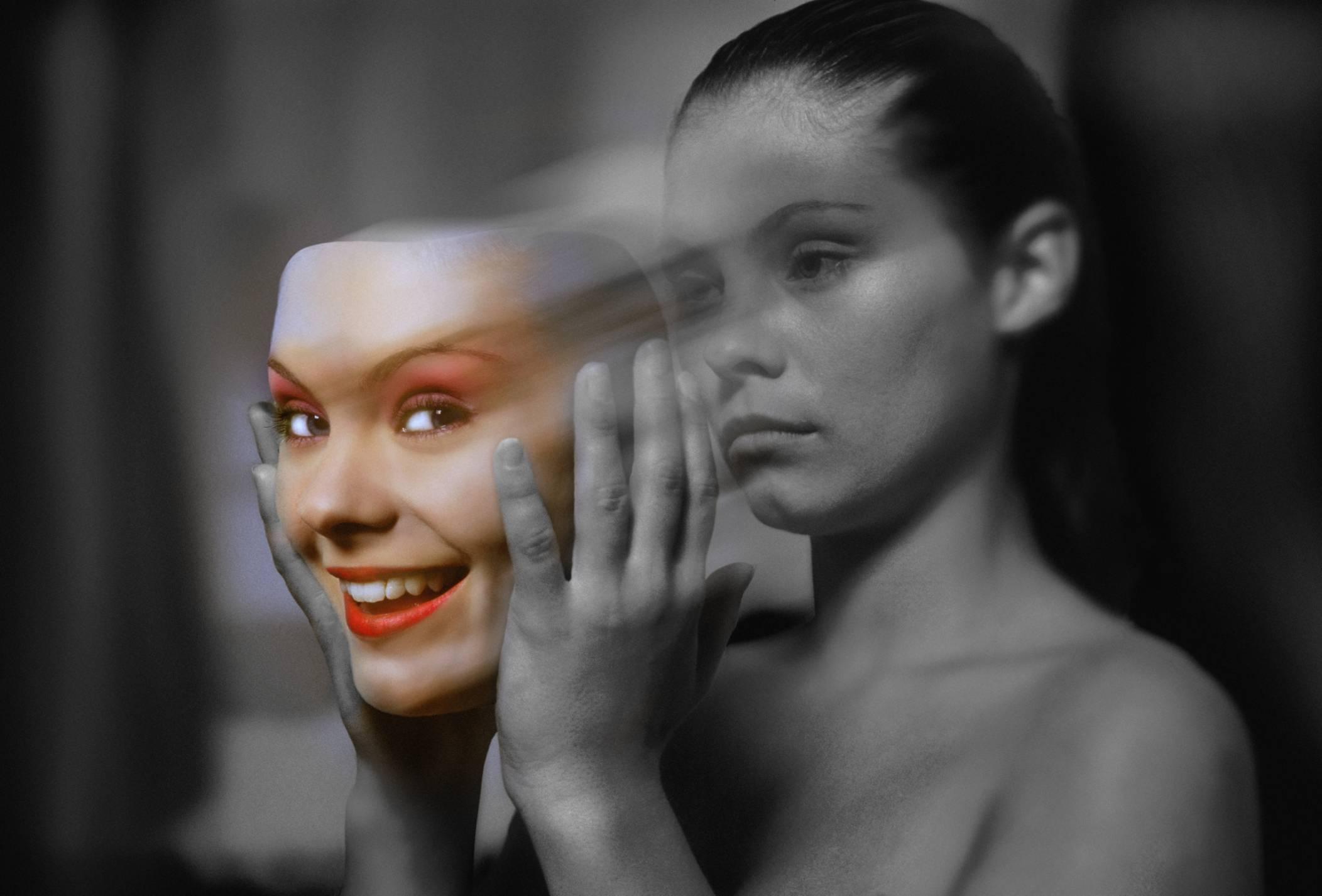 Людям с каждым днем все сложнее примерять на себя маску, навязанную информационным пространством. Фото: vdvgazeta.ru
