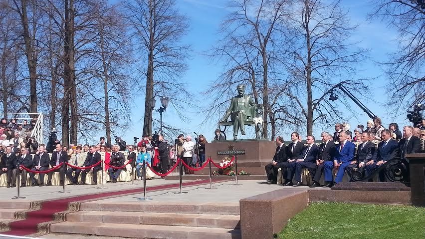 Президент Абхазии возложил цветы к памятнику Чайковского. Фото: vk.com/intvotkinsk