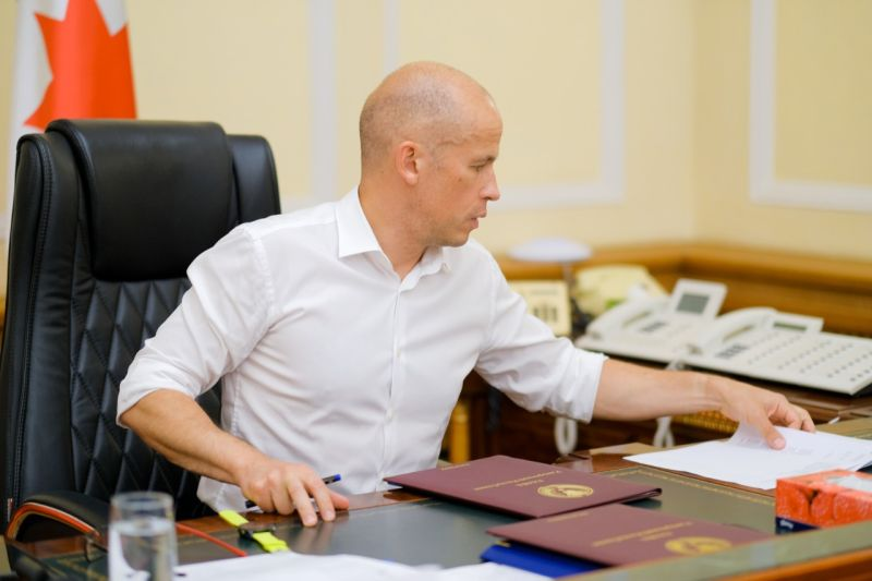 """Глава УР Александр Бречалов продемонстрировал в соцсетях как он """"руководил ликвидацией последствий аварии""""."""