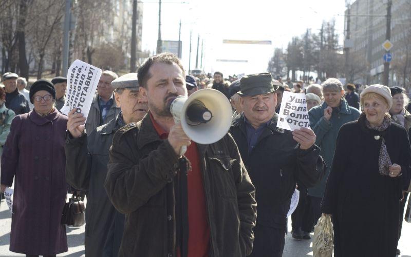Десять лет назад агитационная кампания в гордуму Ижевска началась задолго до того, как были объявлены выборы, и проходила очень бурно. В этот раз выборы проводятся так, как будто бы их нарочно скрывают от избирателей. На фото из архива газеты «День»: Демонстрация ижевчан, организованная лидером местных «Патриотов» Сергеем Щукиным, идёт к мэрии требовать отставки первых лиц города и республики. 10 апреля 2010 г.