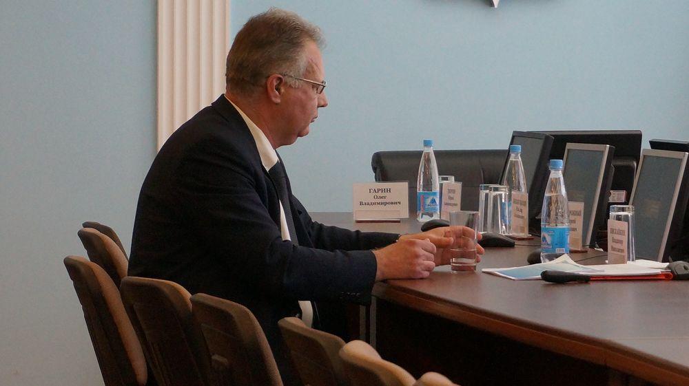 Владимир Пискайкин первым пришел на депутатские слушания.Фото: © «ДЕНЬ.org»