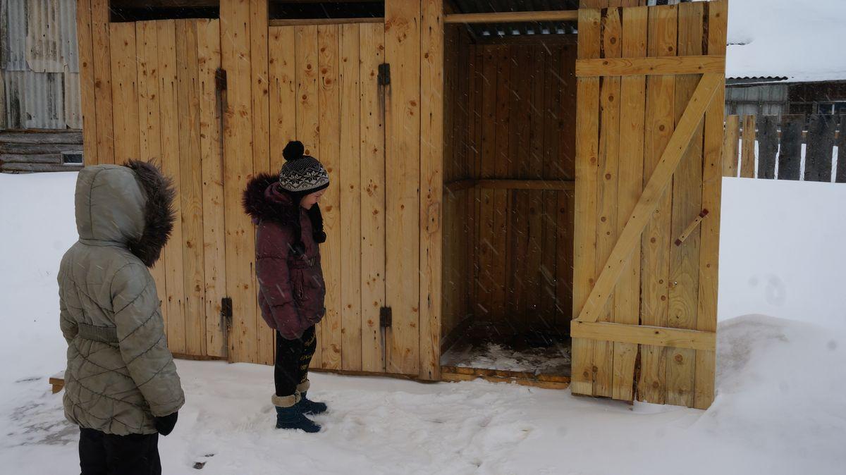 «Удобства» расположены прямо под окнами квартир и в нескольких метрах от колодца с питьевой водой. Фото: © «ДЕНЬ.org»