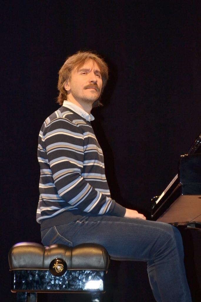 Перед выступлением пианист проверил, как поставлен свет на сцене, чтобы в  концерте он не мешал звукам. Фото: Александр Поскребышев
