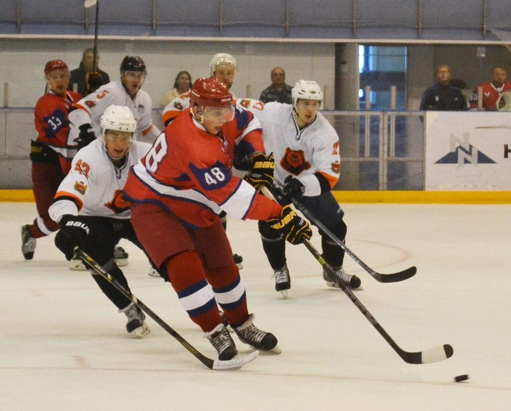 Красные «ижсталевцы» дважды были сильней белых «медведей». Фото: Александр Поскребышев