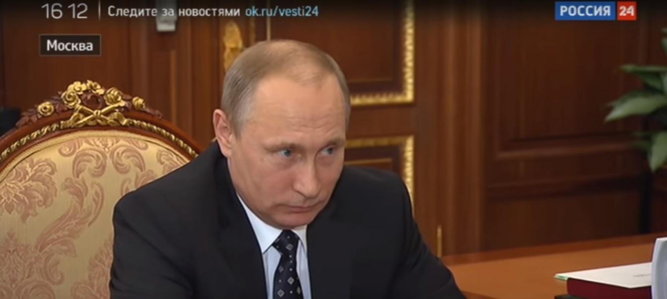 Выражение лица Владимира Путина в тот момент, когда Герман Греф говорит об «очень дешевом жилье». Фото: скриншот с репортажа телеканала Россия 24.