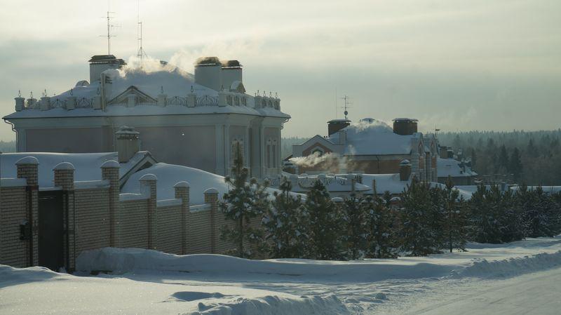 В элитных поселках каждый дом — маленькая крепость. Фото: «ДЕНЬ.org»