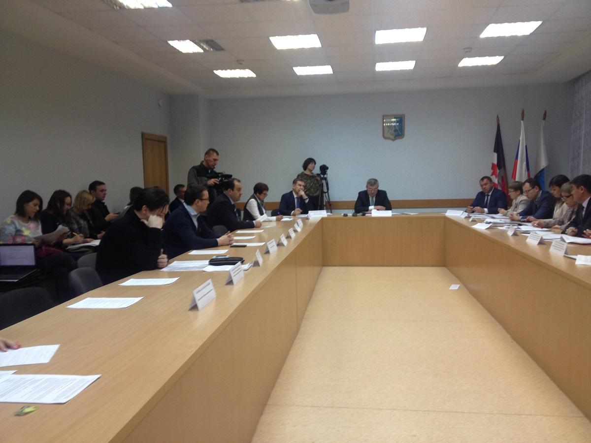 Та сторона стола, где сидели должники, наполовину пустовала. Фото: © «ДЕНЬ.org»