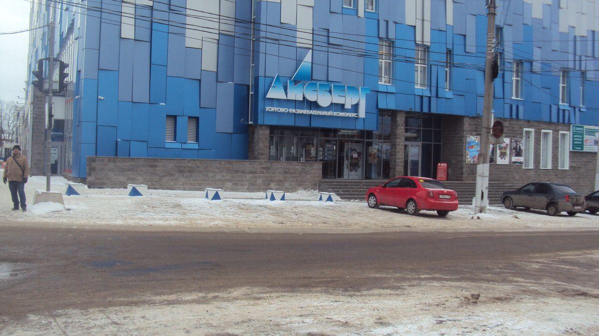 У торгового центра нет ограждений и маленькая пешеходная зона. Фото: © «ДЕНЬ.org»
