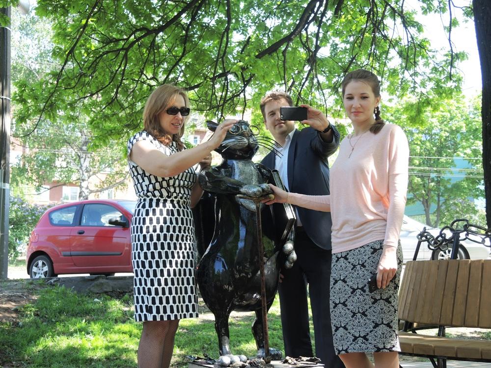 Ирина Теслева, Михаил Тарасов и Марина Нургалеева делают селфи с Котом. Фото ©День.org