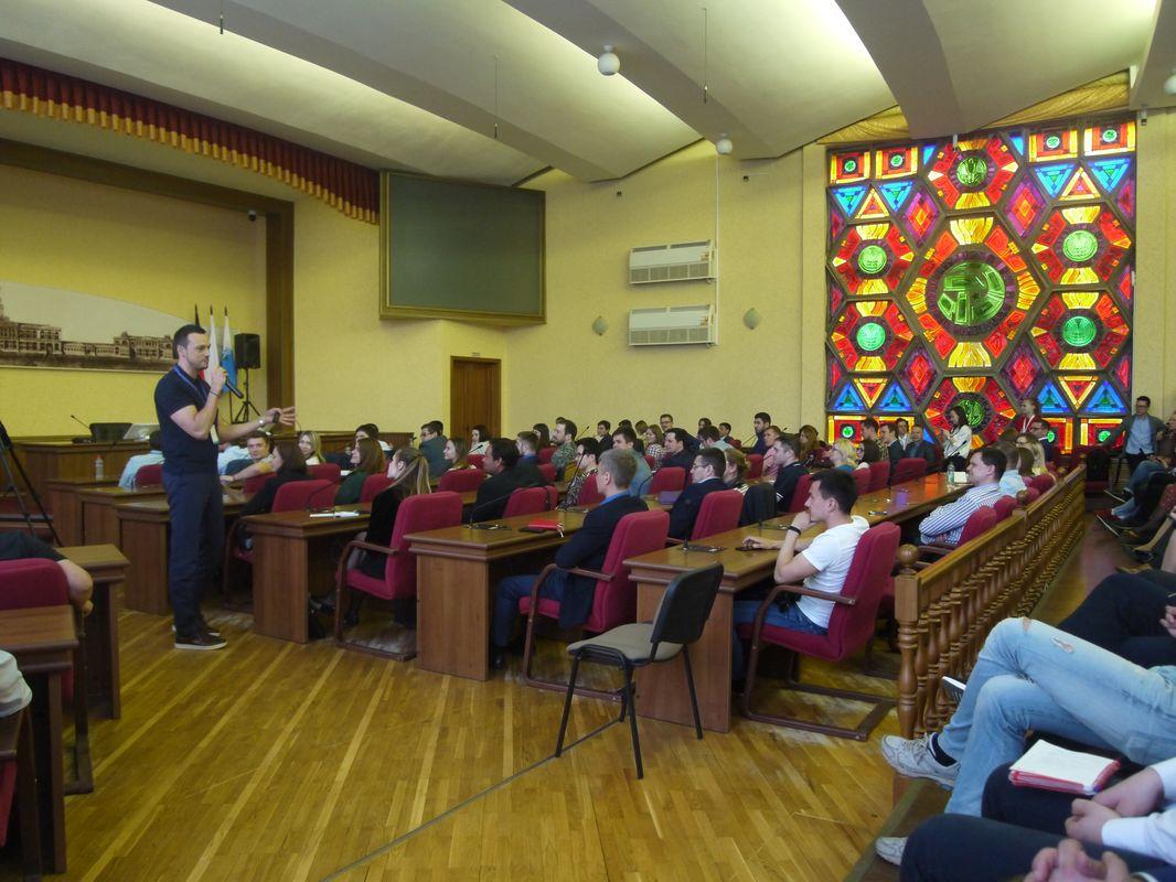 Евгений Дёмин на встрече с молодыми предпринимателями. Фото: © «ДЕНЬ.org»