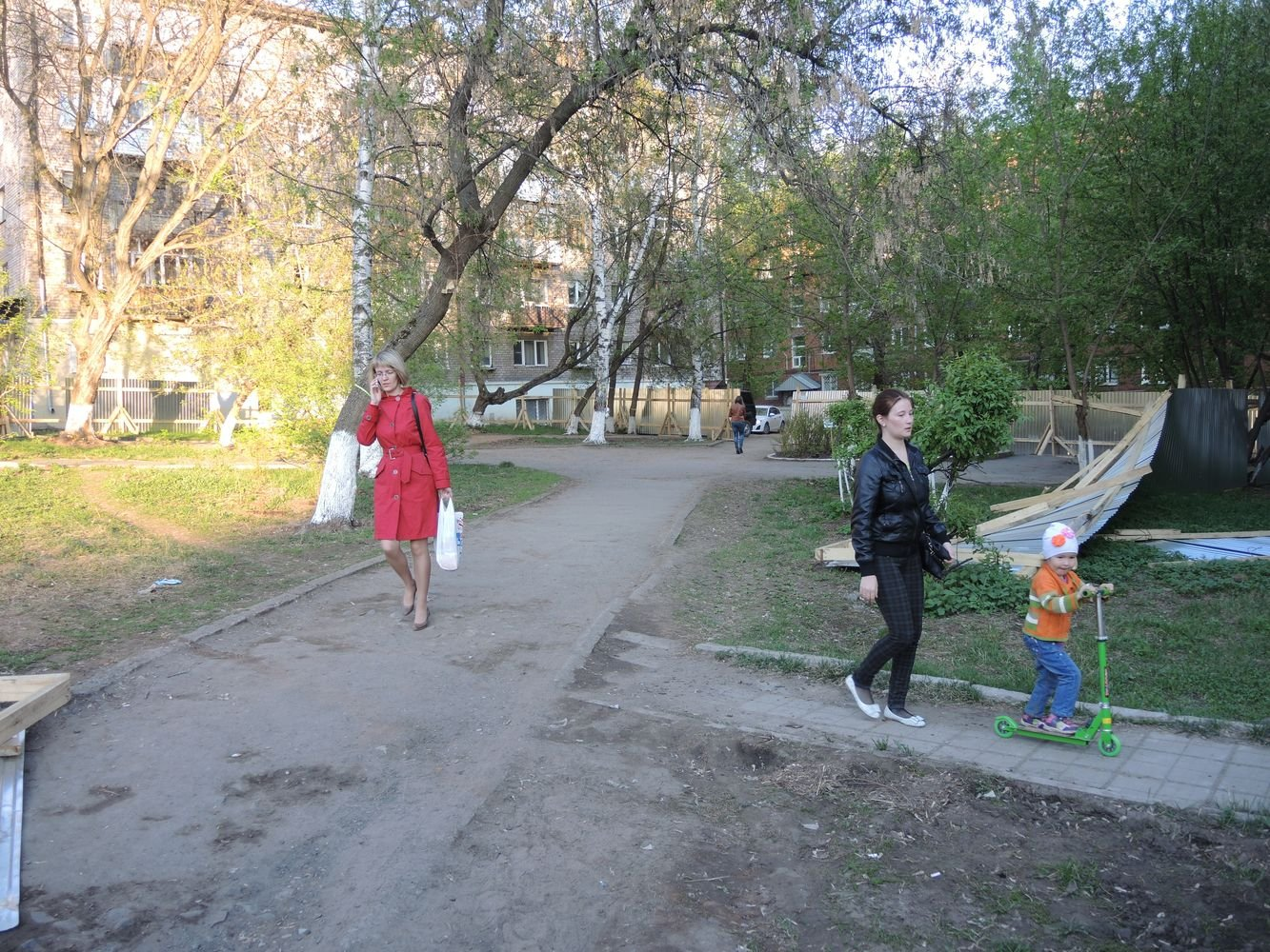 Сквер на ул. Ленина перед домом 50 в апреле. Фото ©День.org