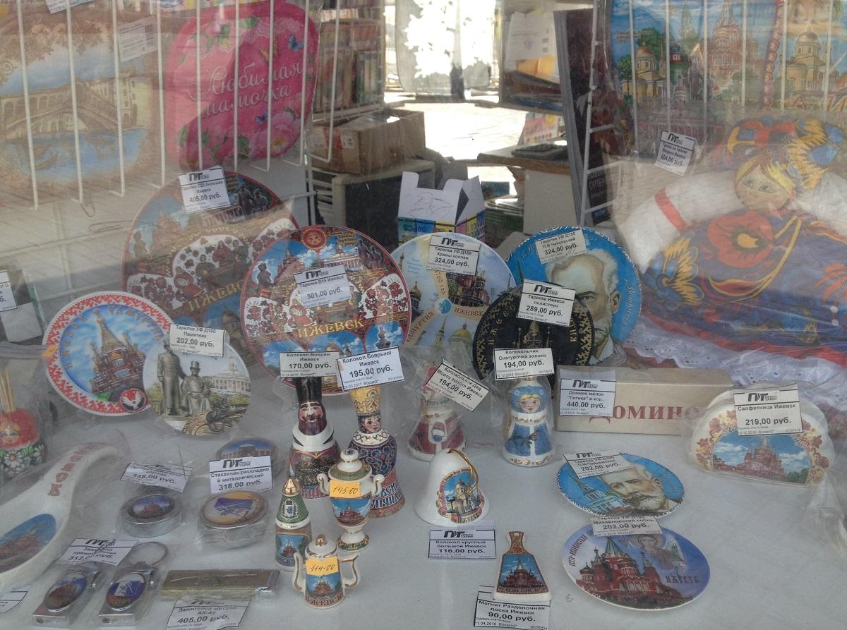 Это сувениры в киоске на привокзальной площади — без них никуда. Фото: © «ДЕНЬ.org»