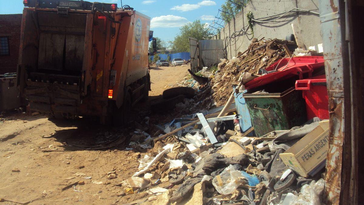 На приезжающих мусоровозах стоит логотип СЭБ. Фото: © «ДЕНЬ.org»