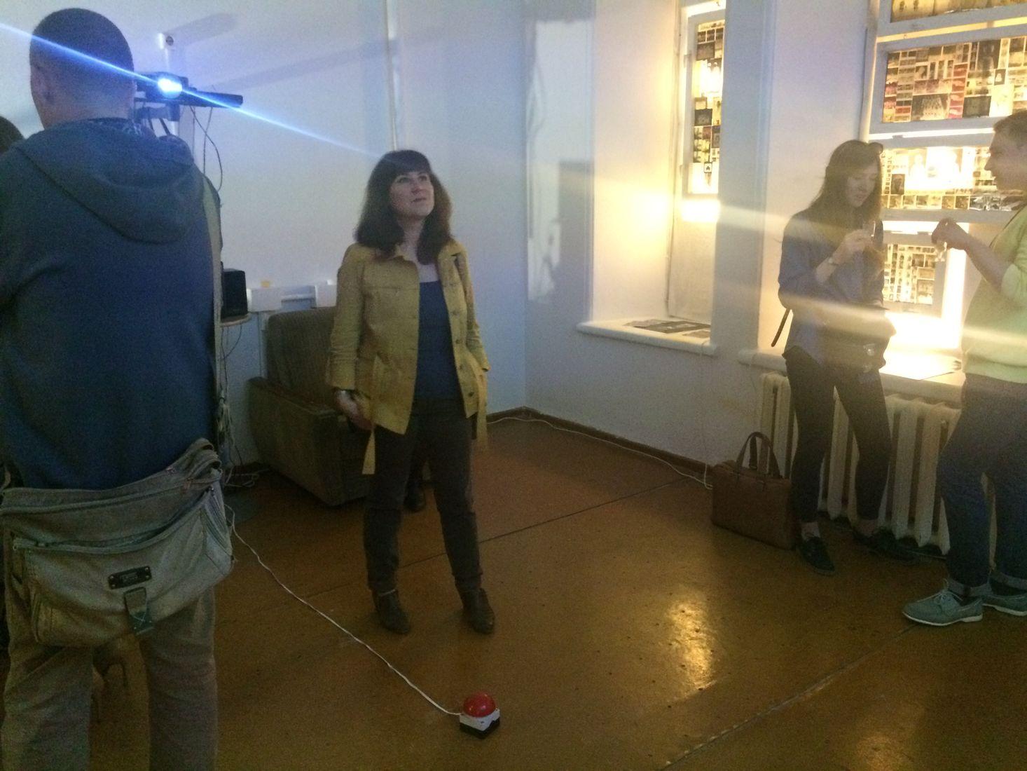 Можно было принять участие в одной из инсталляций, нажав на красную кнопку посреди комнаты. Фото: © «ДЕНЬ.org»