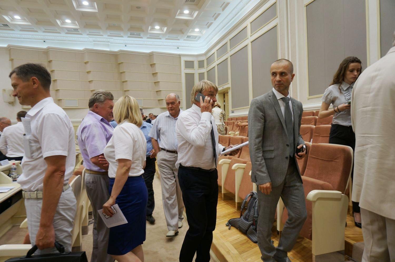 Депутаты Госсовета УР летом в основном предпочитают рубашки с коротким рукавом и без пиджака.  Фото ©День.org