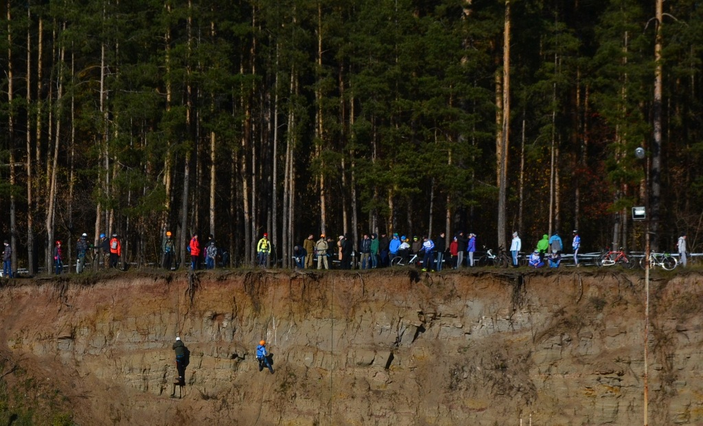 Пока болельщики переживали за гонщиков, на отвесных склонах тренировались ижевские скалолазы. Фото: Александр Поскребышев