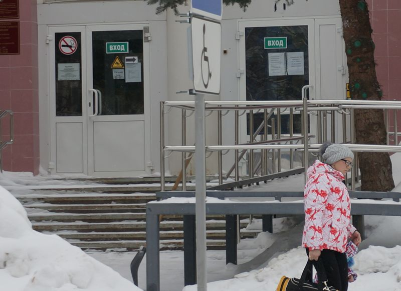 Вход в «Нейрон» оборудован всем, что необходимо для удобства больных детей. Фото: «ДЕНЬ.org»