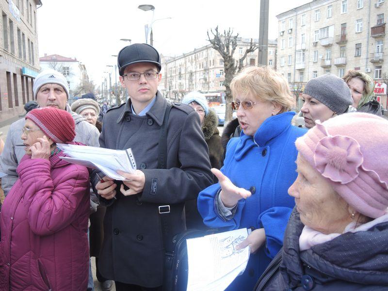 Организаторы пикета обсуждают дальнейшие действия, 23 апреля 2015 г. Фото Юлии Сунцовой.