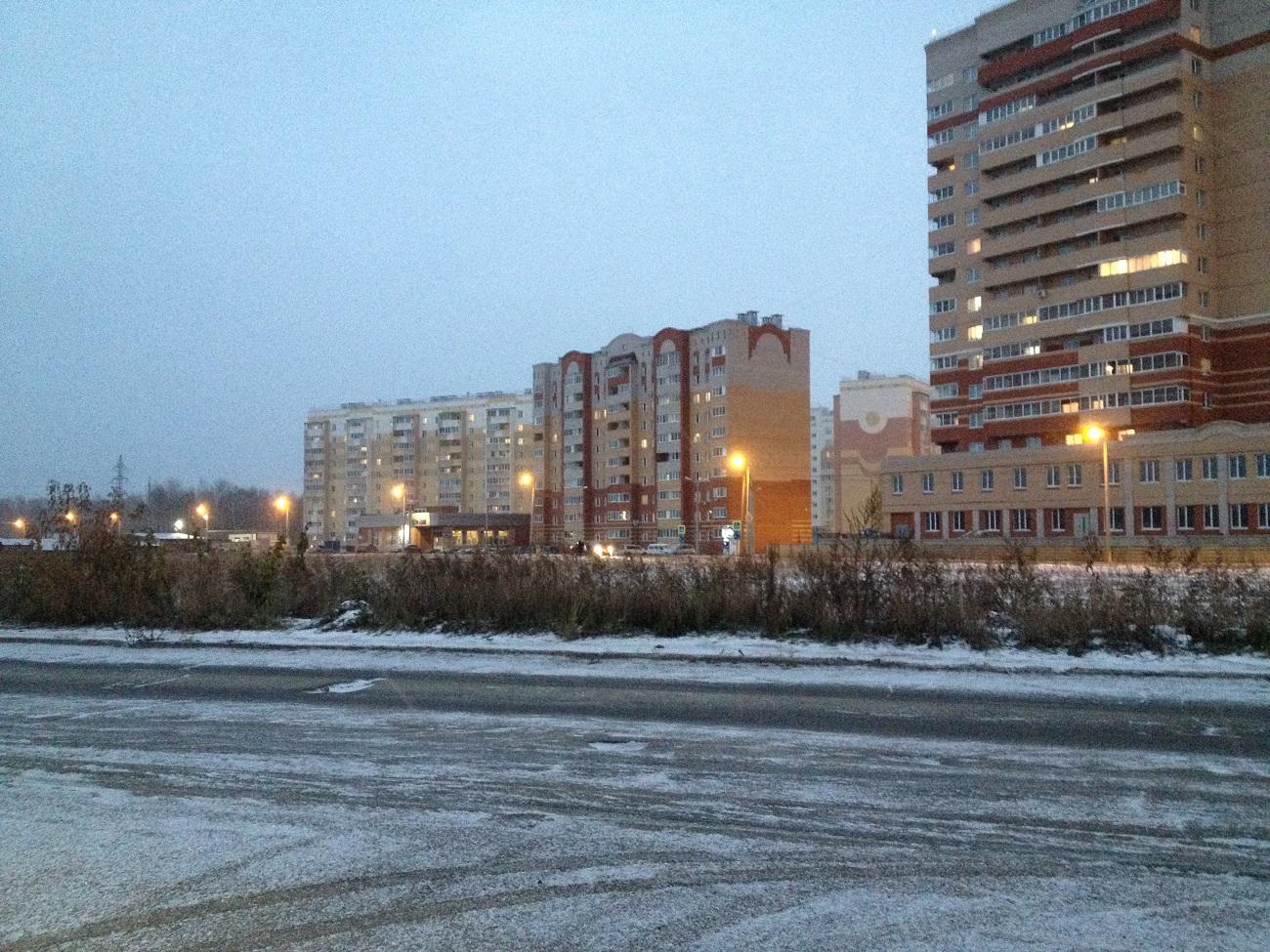 На этом злосчастном месте, где был поврежден кабель, УССТ № 8 построило уже целый микрорайон. Фото: © «ДЕНЬ.org»