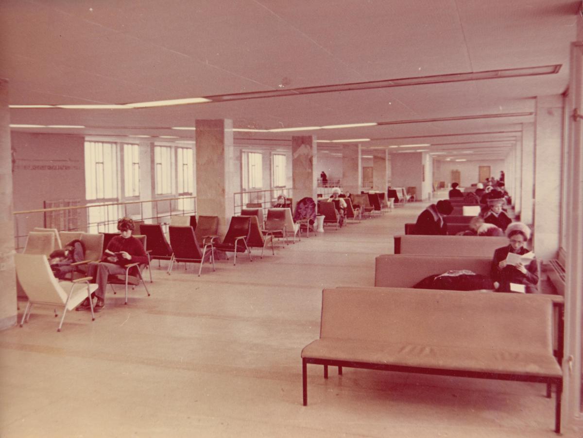 В прошлом веке людей в здании аэровокзала было в разы больше. Фото: izhavia.com