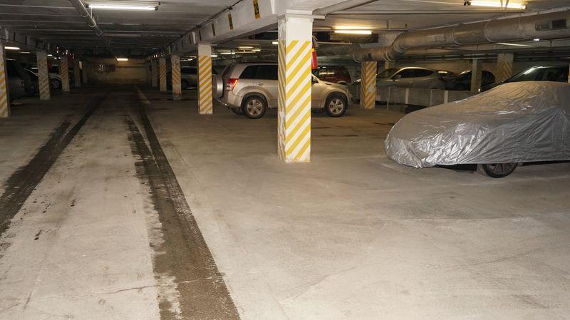 Пустая подземная парковка — мужчины на работе. Фото: © «ДЕНЬ.org»