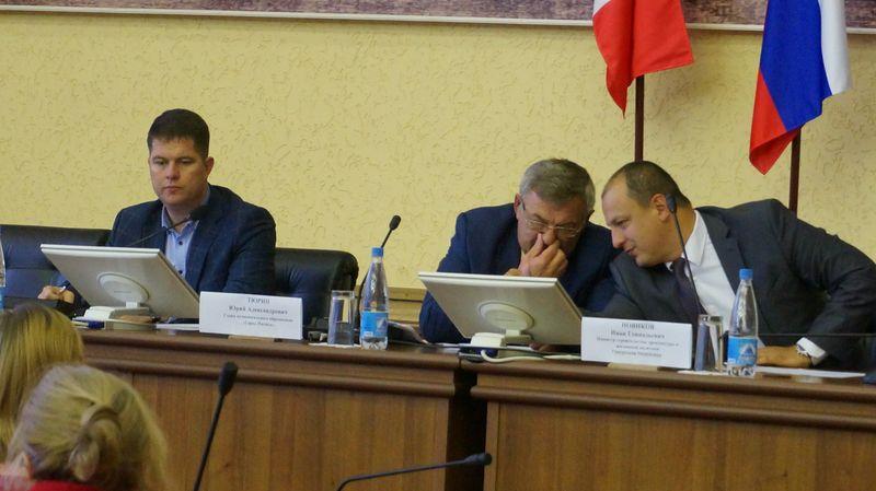 Юрию Тюрину постоянно приходилось напоминать выступающим о регламенте.Фото: © «ДЕНЬ.org»