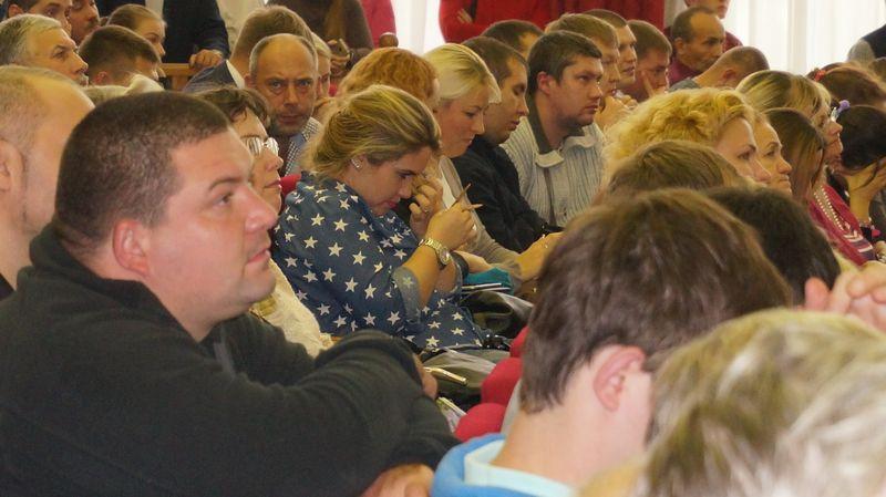 Во время презентации генплана участники слушаний откровенно скучали. Фото: © «ДЕНЬ.org»