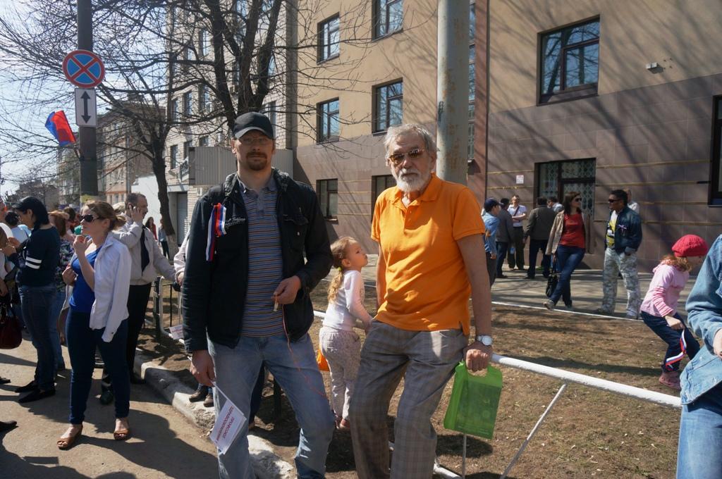 Евгений Шумилов пришел на демонстрацию с сыном и внучками. Фото ©День.org