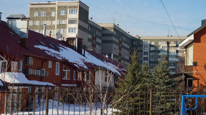 Жителей элитных таунхаусов нисколько не смущают взгляды сверху из соседних многоэтажек. Фото: © «ДЕНЬ.org»